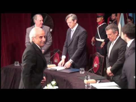 <b>Tensión.</b> El saludo entre Busti y Urribarri en la Asamblea Legislativa