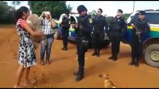 CAVALHEIRO: VÍDEO DE POLICIAL PEDINDO NAMORADA EM CASAMENTO VIRALIZA NA WEB