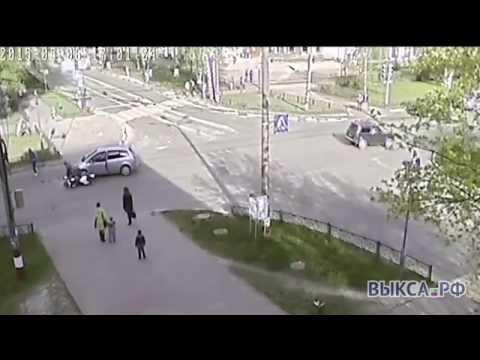 Сальто ввоздухе: мотоцикл врезался виномарку