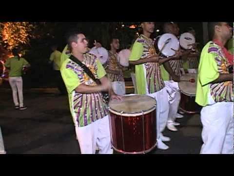 Show Bateria Escola de Samba e Mulatas em Carnaval de Rua - Apito de Mestre Bateria de Samba Show