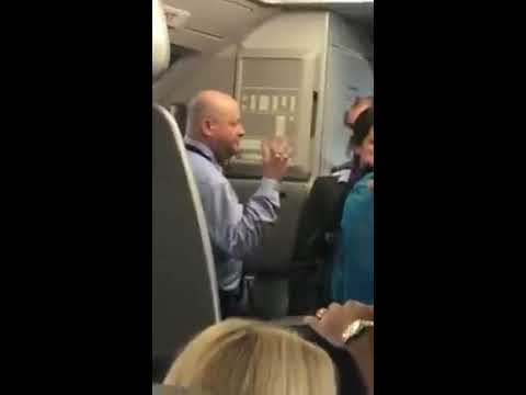 Asistente de vuelo amenaza con golpear pasajero en vuelo