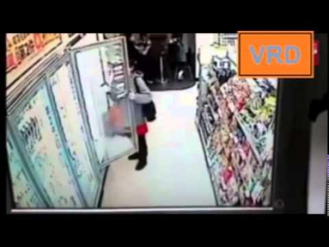 بالفيديو : فتاة صينية تتذوق الآيس كريم بأحد المتاجر وتعيدها للثلاجة