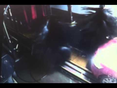 فيديو: شاهد المفاجئة التي تعرض لها عامل في مغسلة سيارات..هههههه