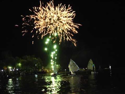 Caravana nocturna y fuegos artificiales, en el cumpleaños 100 del Rowing