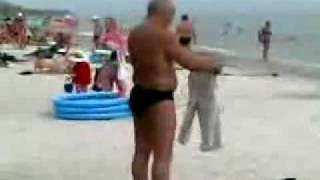 浜辺で酔っ払ってズボンを一生懸命着ようとする。