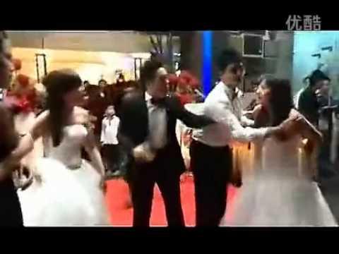 懷孕小三穿婚紗鬧婚禮現場,兩新娘互毆搶新郎