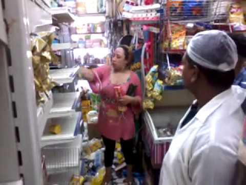 فيديو شاهد مصرية تكسر محل بحثا عن الدخان في السعودية