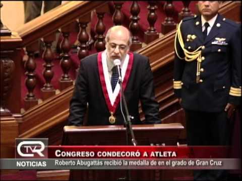 Congreso de la República condecora a Roberto Abugattás