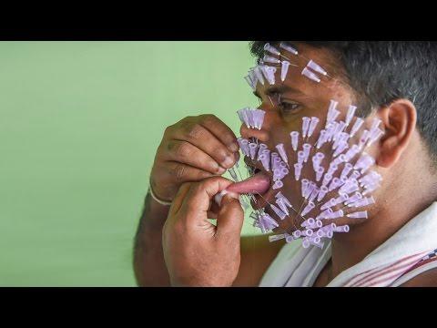 فيديو صادم: مغامر هندي يضع  550 ابرة في وجهه +18