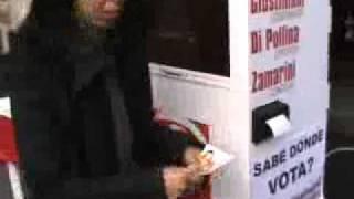 Una expendedora en pleno centro informa dónde se vota