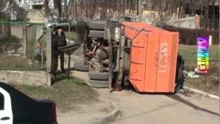 S-a răsturnat o mașină de gunoi la Durlești