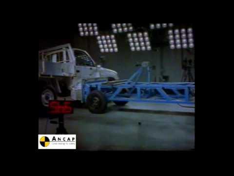 Toyota HiLux 4x2 2001 ANCAP Crash Test (3 stars)