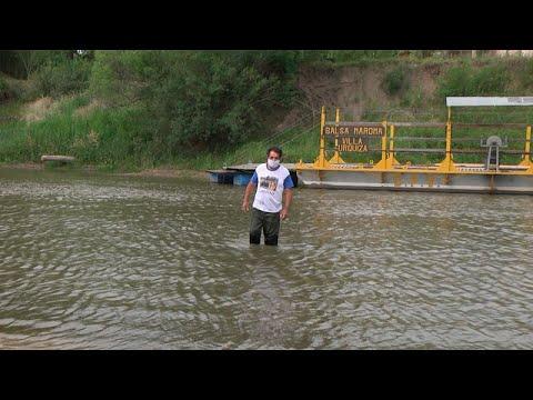 Video: El balsero de Villa Urquiza cruzó el arroyo a pie con el agua en las rodillas