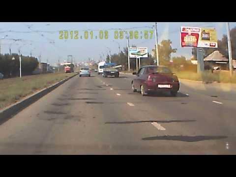 Тазовод в Ижевске сбил дорожных работников 05.08.2013 (с 0:50)