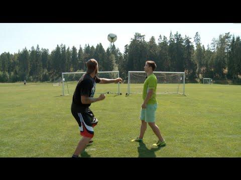 شاهد بالفيديو: تحدي بين ملاكم وحارس مرمرى في لكم كرة القدم