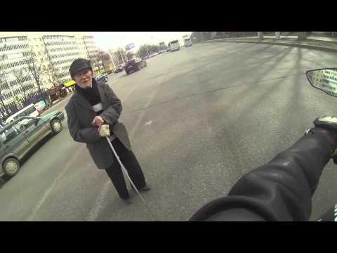 شاهد ماذا فعل صاحب الدراجة النارية عندما وجد رجل كبير في السن بوسط الشارع