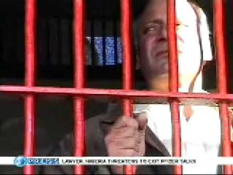 Salakhein Rare Pic of Nawaz Sharif Behind BARS