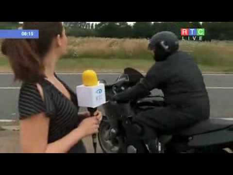 Acidente de Moto incrivel com Reporter ao VIVO