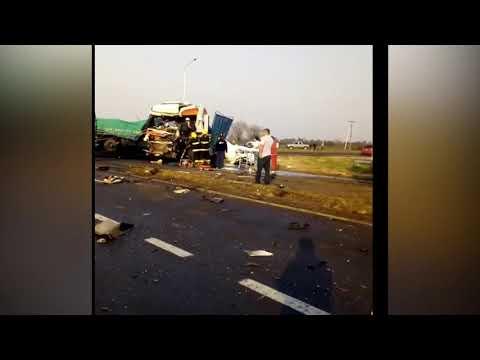 Impresionante choque entre dos camiones: Hay un herido grave