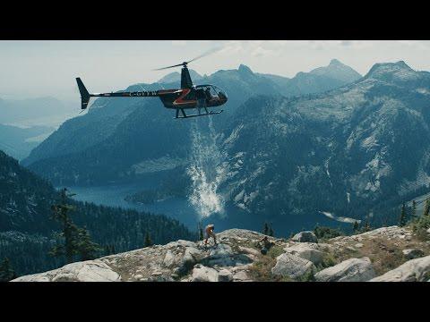 بالفيديو شاهد اغرب طريقة لتحدي الثلج بمساعدة هليكوبتر وفوق قمة جبل