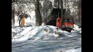 В Житомире грязный снег вывозят в городской сквер