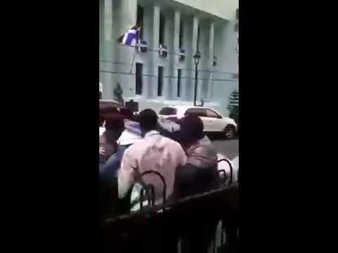 Policías municipales apresan hombre predicaba con megáfono en parque de Santiago