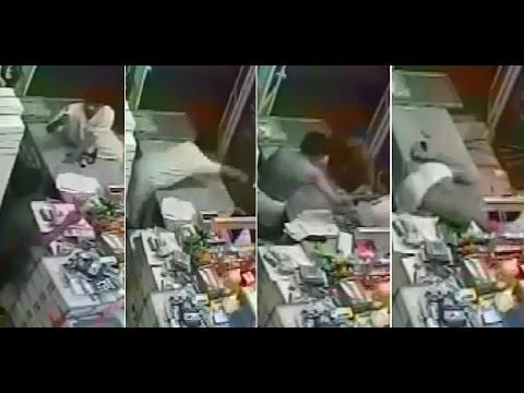 فيديو: شاهد أغبى لص على الاطلاق.. حاول سرقة محل في المدينة فجرده العمال من ملابسه