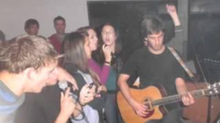Acoustic verzija Štefove uz slike nastupa u pozadini izvodi Prvi put iz Runovića