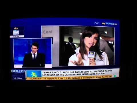 Fanno sesso in diretta dietro l'inviata Federica Lodi su Sky Sport 24 (Olimpiadi Londra 2012)