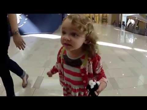 طفلة أمريكية وردة فعل غريبة عند سماعها الآذان في برج خليفة !