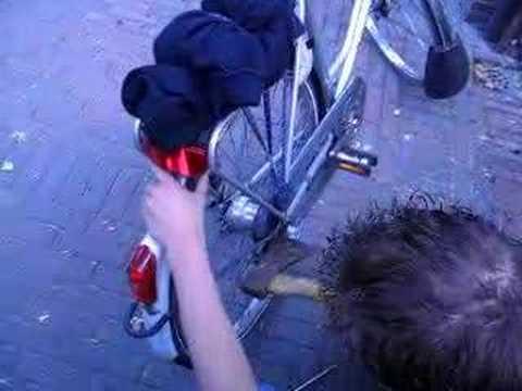 Jan maakt zijn fiets met een bijl