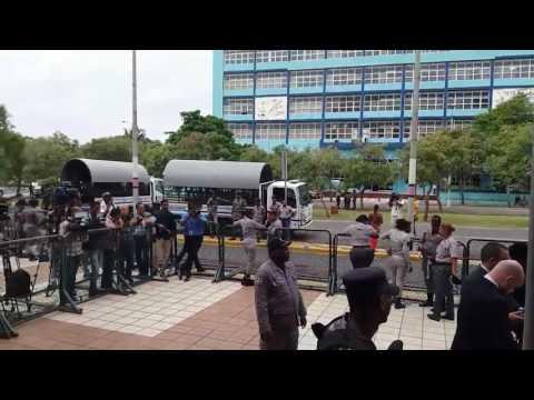 La Procuraduría general de la República permanece fuertemente custodiada por efectivos de la Policía Nacional, mientras una comisión de diputados acudió al lugar para tratar los incidentes de ayer durante los cuales varios legisladores fueron impedid