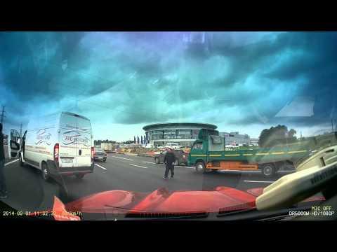 بالفيديو: شاهد حادث جماعي بسبب سيارة تغير مسارها بشكل مفاجئ