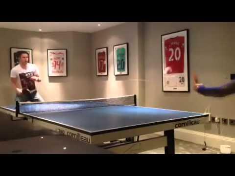 فيديو شاهد فان بيرسي لاعب منتخب هولندا يستعرض مهاراته بلعب تنس طاولة ..بكرتيـــن