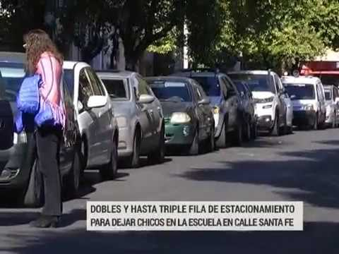 Las dobles filas de autos en escuelas siguen siendo un problema en el tránsito