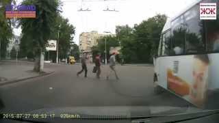 Маршрутка №47 пересекает пешеходный переход на красный свет в Житомире
