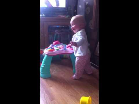 رده فعل طفلة صغيرة بعد (عطسه) مفاجأه من الام مضحك جدا