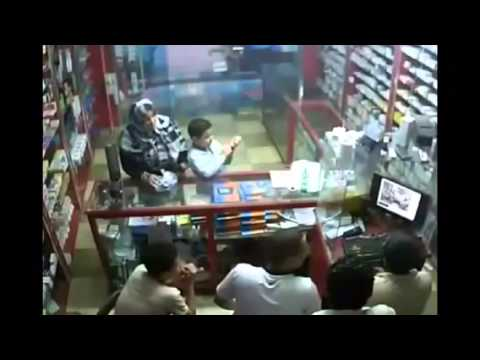 شاهد بالفيديو: سيدة مصرية وابنها ينصبان على بائع صيدلي والكاميرا تكشفهما