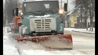 Автомобили мешают коммунальщикам убирать снег