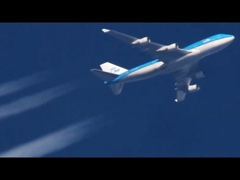 Contrails! Boeing 747-800, Airbus A380. Planes at cruising altitude ( HD )