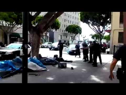 Policías de Los Ángeles golpeando a dos hombres