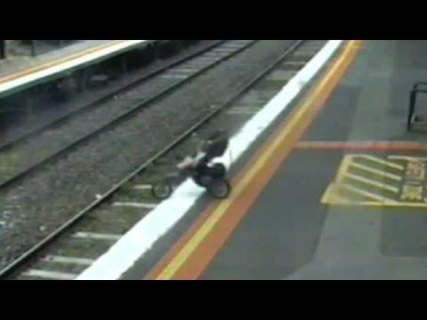 بالفيديو : شاهد سقوط طفل على سكة قطار في استراليا ونجاته بعد سقوط العربة