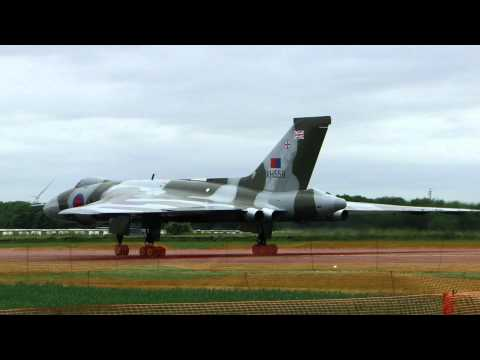 AVRO VULCAN XH558 DEPARTS BRUNTINGTHORPE 29MAY2011..VERY NEAR AND LOUD!
