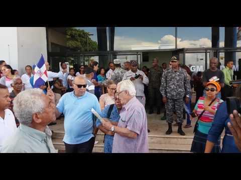 Un grupo de nacionalistas se concentró la mañana de este jueves frente a la Dirección General de Migración (DGM) para exigir medidas más drásticas de las autoridades para impedir lo que ellos consideran