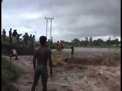Cậu bé đứng trên dòng nước lũ mà không bị cuốn trôi !!!