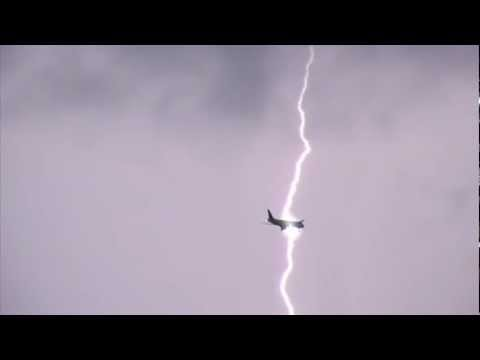 Airplane Struck By Lightning -hZCzintiS4c