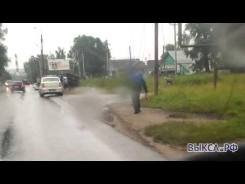 Наулице Челюскина «УАЗ» протаранил бетонный столб