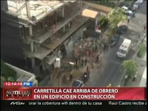 Carretilla cae arriba de obrero en un edificio en construcción