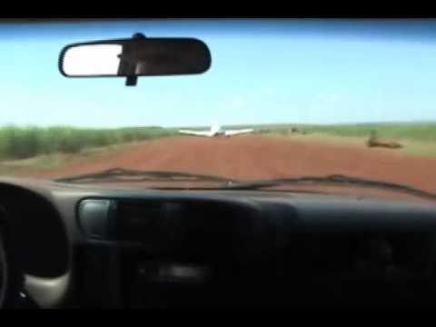 Carro da PF bate em avião para evitar fuga de suspeitos