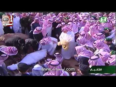 بالفيديو : تنافس بين الأمير متعب والحارس الشخصي للملك عبدالله للاحتفاظ بـ بشت غطى جثمانه
